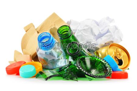 recyclingfaehiger muell aus glas kunststoff und