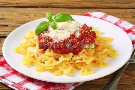 pasta farfalle mit tomatensauce und kaese