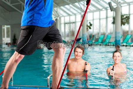 fitness gymnastik unter wasser im