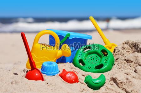 plastikkinder spielzeug am sandstrand