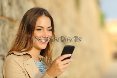 glueckliche frau mit einem smartphone in