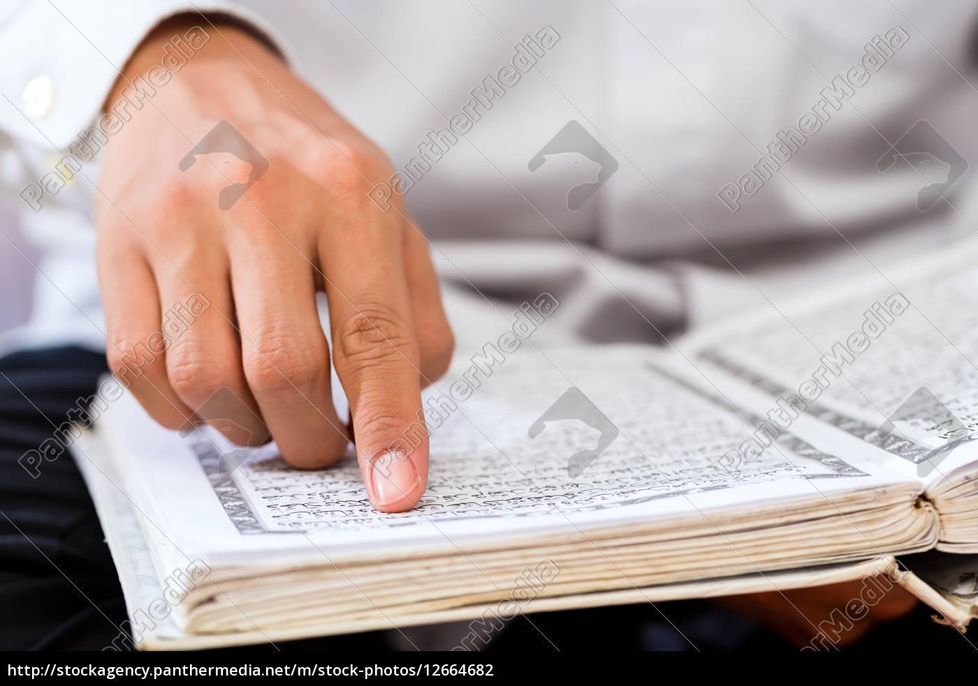 asian, muslim, mann, studiert, koran, oder - 12664682