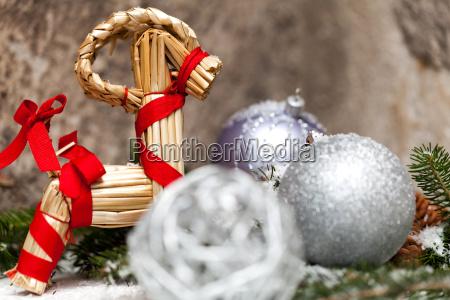 silberne christbaumkugel schmuck mit rehntier und