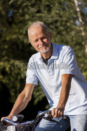 aelterer mann senior rentner beim radfahren