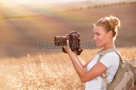 gluecklicher fotograf die natur geniessen