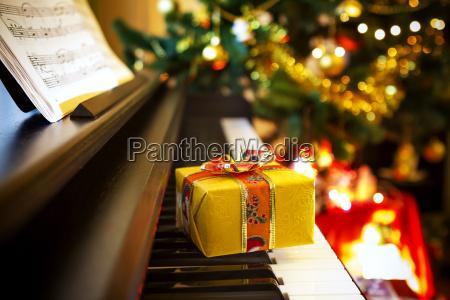 weihnachtsgeschenk auf klavier