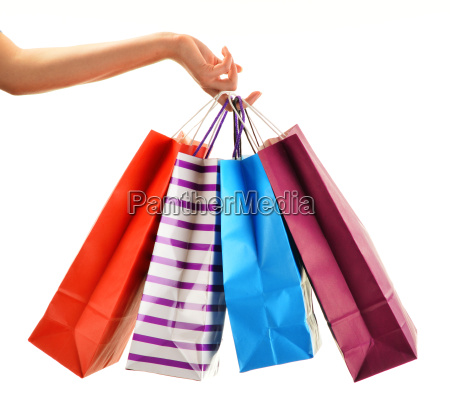weibliche hand haelt papier einkaufstaschen isoliert