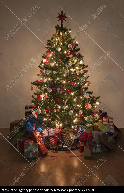 beleuchtete weihnachtsbaum mit geschenken - lizenzfreies