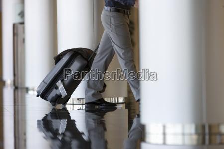 geschaeftsmann der gepaeck in der lobby