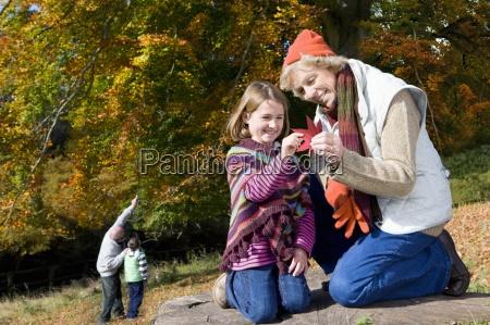 grosseltern und enkelkinder in wald erkunden