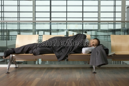 ein geschaeftsmann schlief in der flughafen