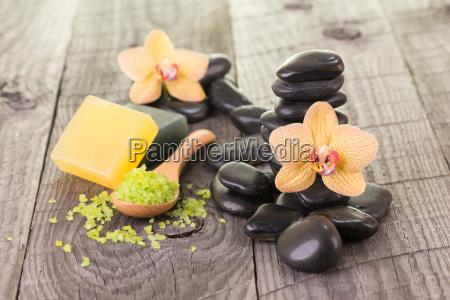 phalaenopsis badesalz und schwarzen steinen auf