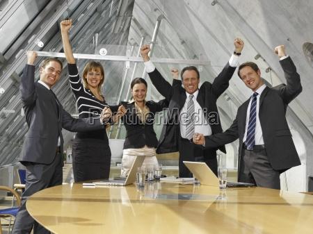 fuenf unternehmensleiter die in einem sitzungssaal