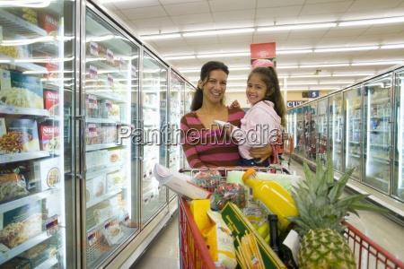 mutter und tochter lebensmittel einkaufen in
