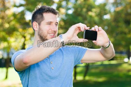 junger mann mit smart phone im