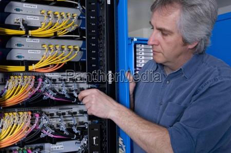 it techniker arbeiten auf netzwerk server