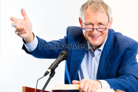 uni professor gibt vortrag im hoersaal