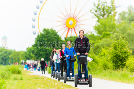 touristen bei segway sightseeing tour