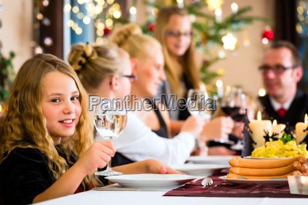 familie, feiert, weihnachten, beim, essen, kartoffelsalat - 12759526