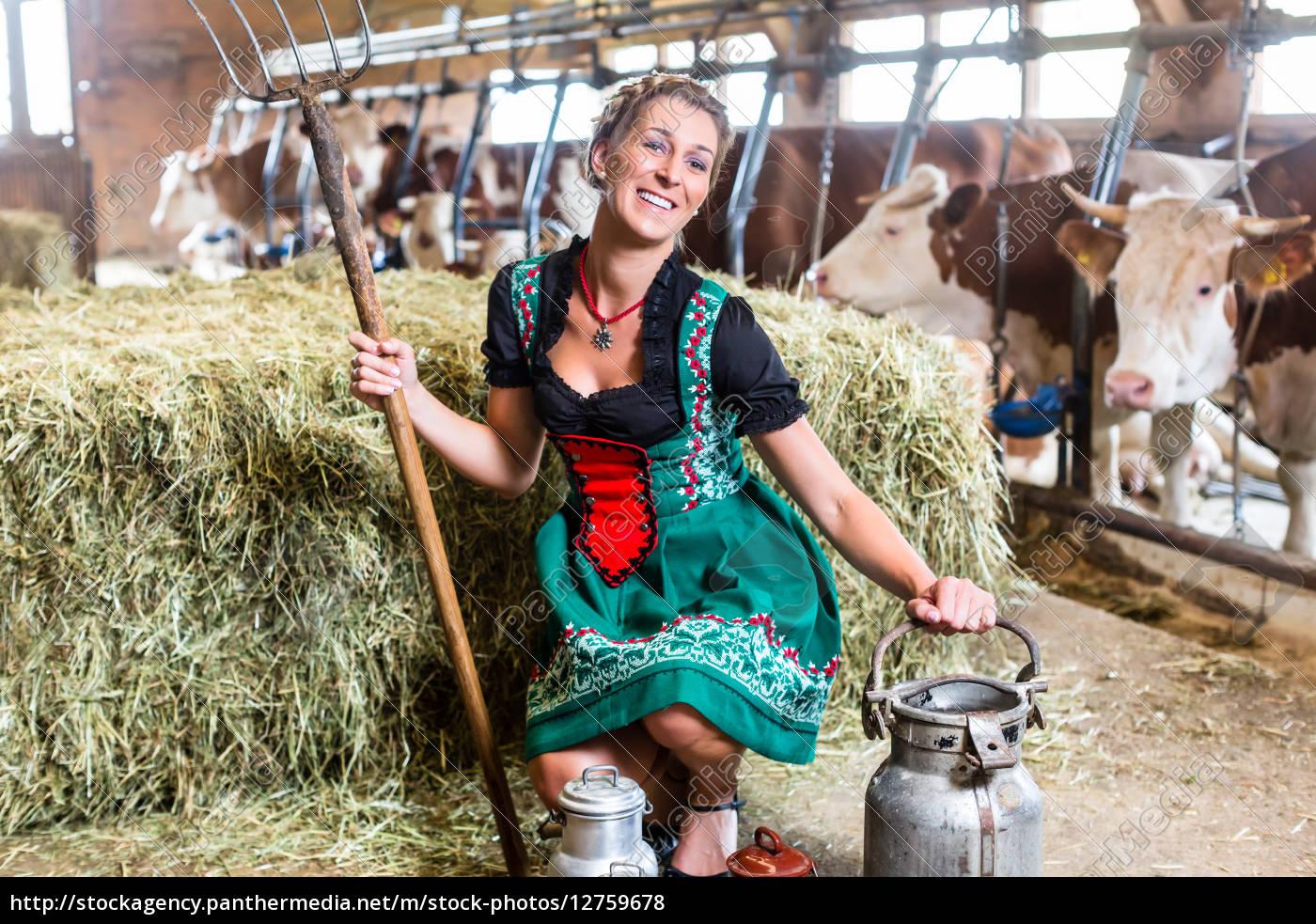 Sexy Bäuerin im Kuhstall - Stockfoto - #12759678