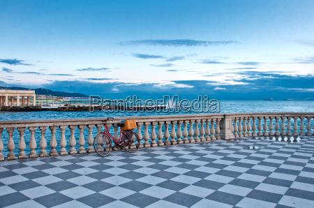 terrasse und mittelmeer in livorno italien