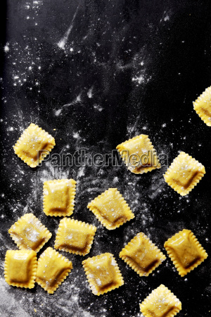 frische pasta blaetter gefuellt mit fuellung