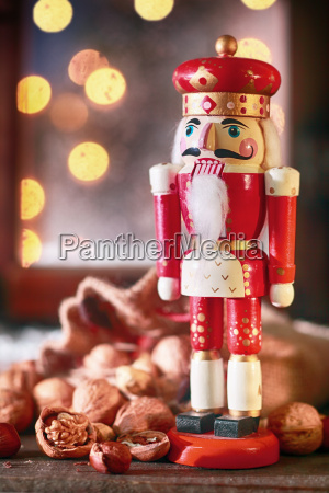 traditioneller weihnachtlicher holznusscracker