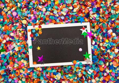 kleine tafel auf konfetti