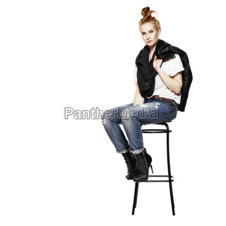 maedchen sitzt auf stuhl