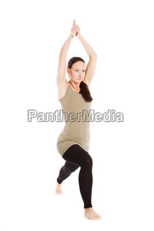 sonnengrussposen im yoga vor weissem hintergrund