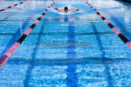 junger mann schwimmen in der spur