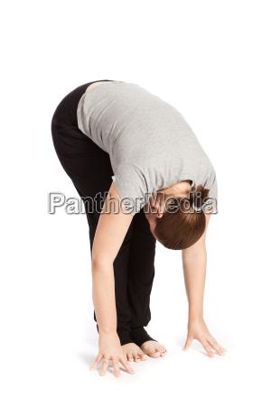 einzelpose des sonnengrusses im yoga vorbeuge