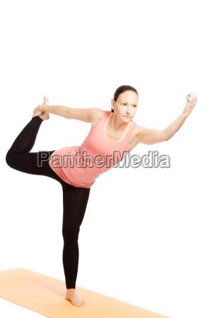yogauebung auf der matte shiva natarajasana