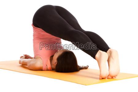 yogauebung auf der matte halasana
