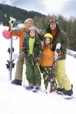 junge familie auf ski urlaub