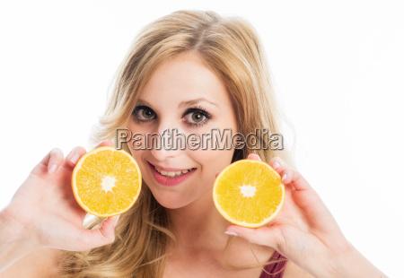 frau haelt orangenscheiben