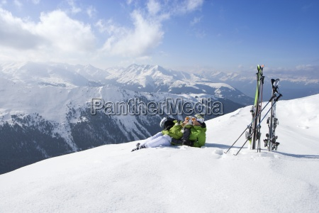 paar verlegung im schnee auf bergspitze