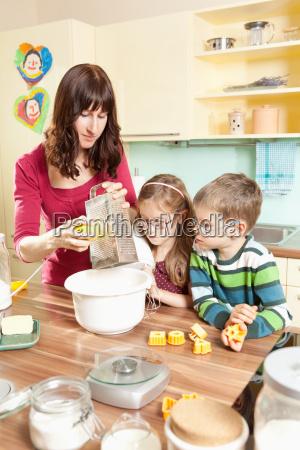 junge familie in der kueche beim
