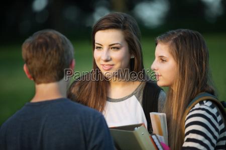 drei studenten sprechen im freien
