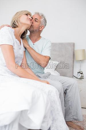 frau haus gebaeude entspannung weiblich bett