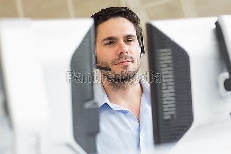 kundendienstmitarbeiter mit computer