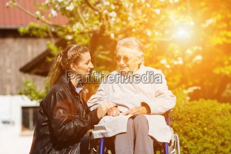 junge frau besucht grossmutter im altenheim