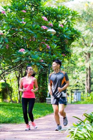 asiatischen chinesischen mann und frau joggen