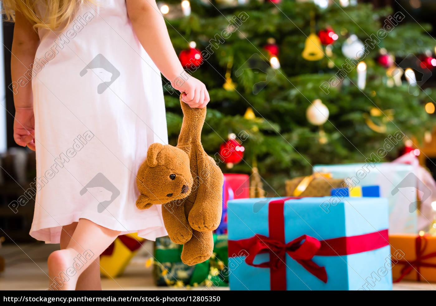Mädchen mit Weihnachtsgeschenk an Heiligabend - Stockfoto ...