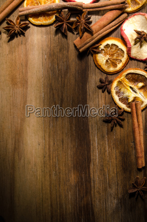 sternanis zimtstangen und getrocknete orangen