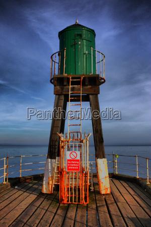 whitby hafen west klippe gruene leuchtturm