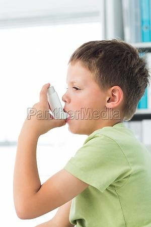 junge mit asthma inhalator im krankenhaus