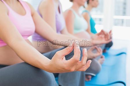 ruhige schwangere frauen meditieren in yoga