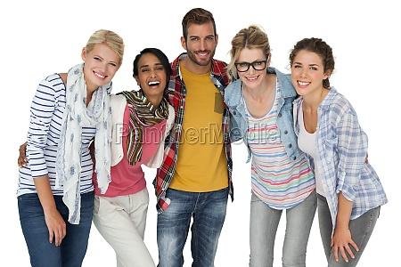 portraet von laessig gekleideten jungen menschen