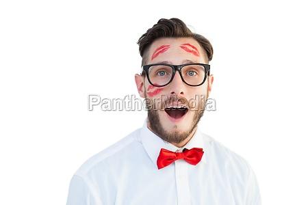 geeky hipster mit kuessen auf seinem